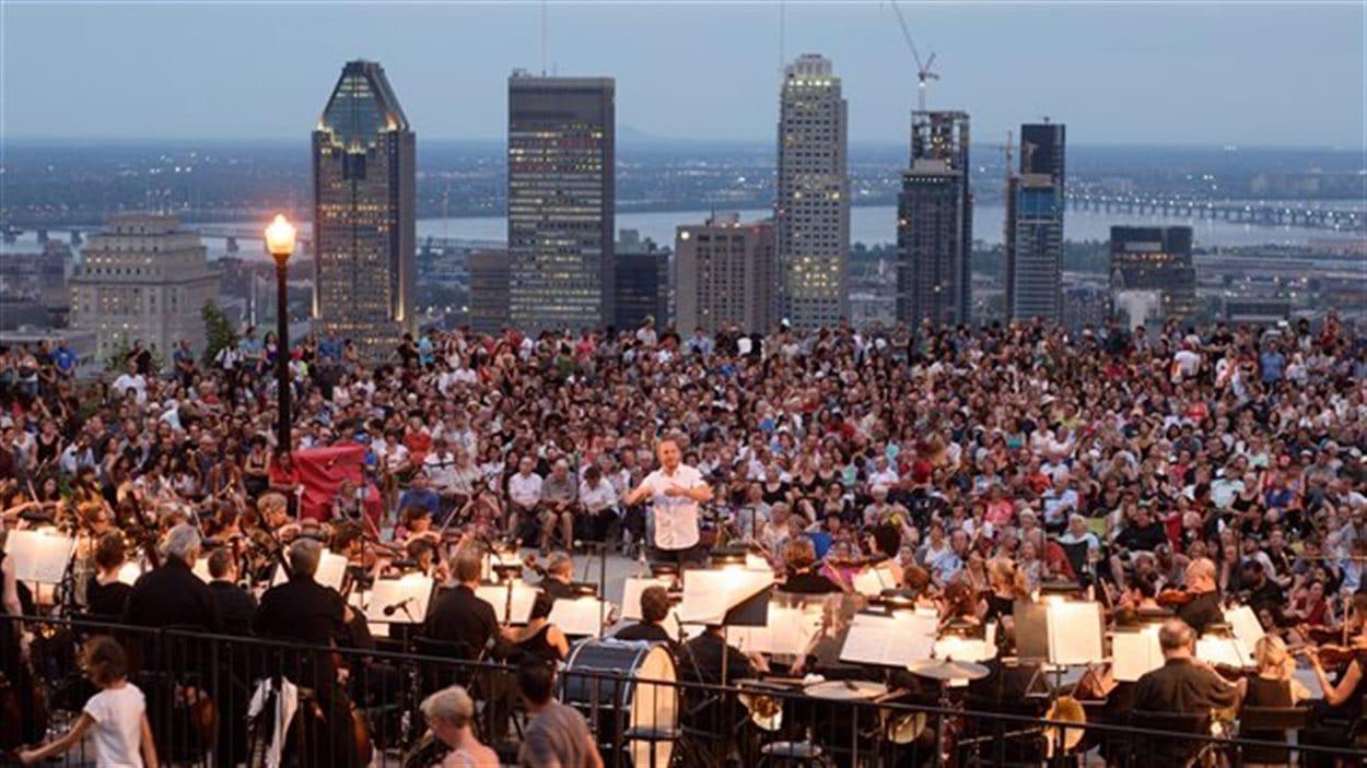 L'Orchestre métropolitain et Yannick Nézet-Séguin présentant un concert à Montréal le 5 août 2016.