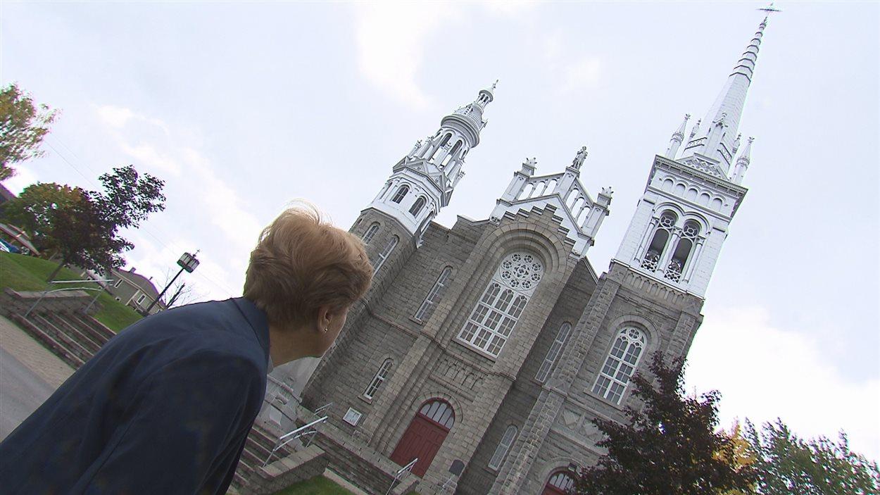 Pierrette Marceau devant l'église Saint-Vital de Lambton