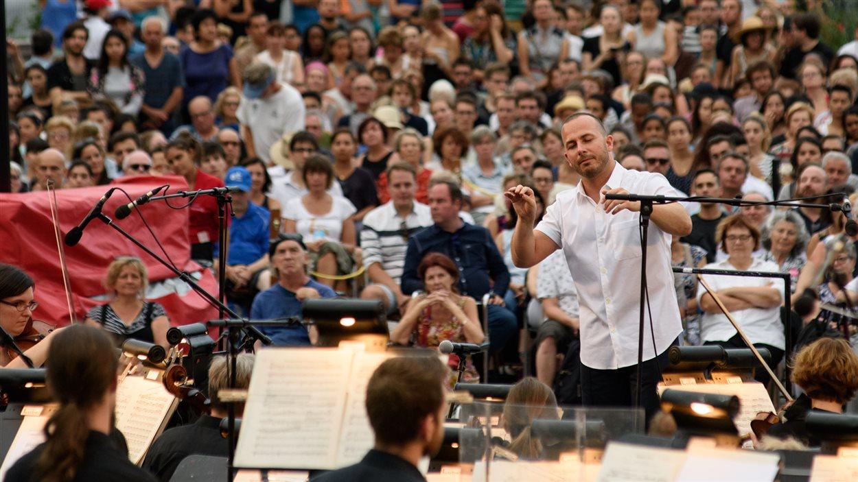 L'Orchestre métropolitain et Yannick Nézet-Séguin présentant un concert gratuit en plein air devant le chalet du Mont-Royal le 5 août 2016.