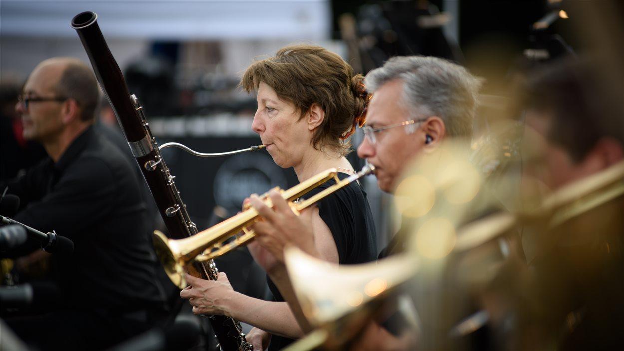 Des musiciens de l'Orchestre métropolitain en concert sur la montagne
