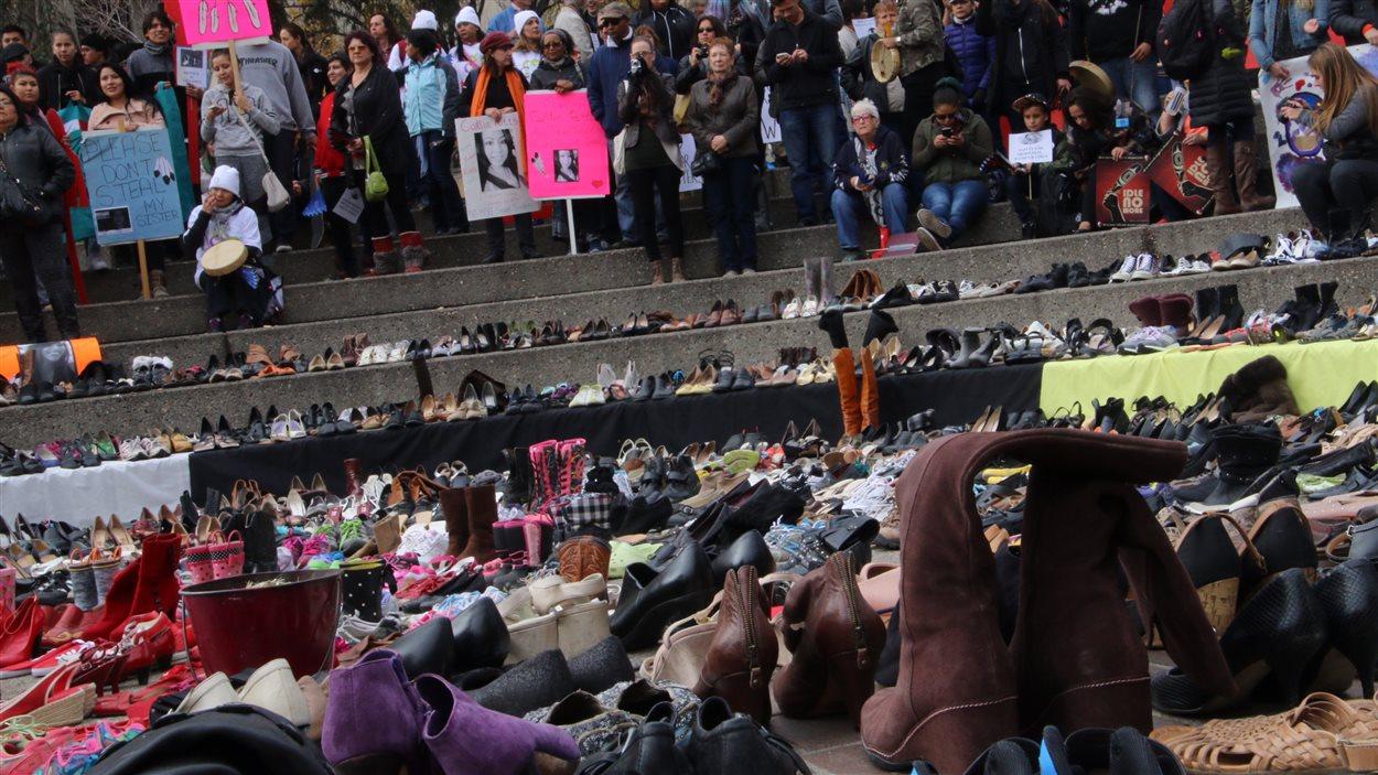 Des souliers sur la place olympique