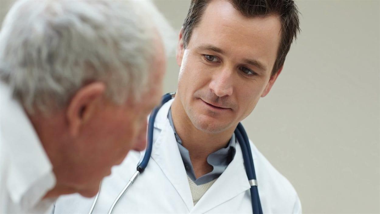 Un médecin de famille avec son patient.