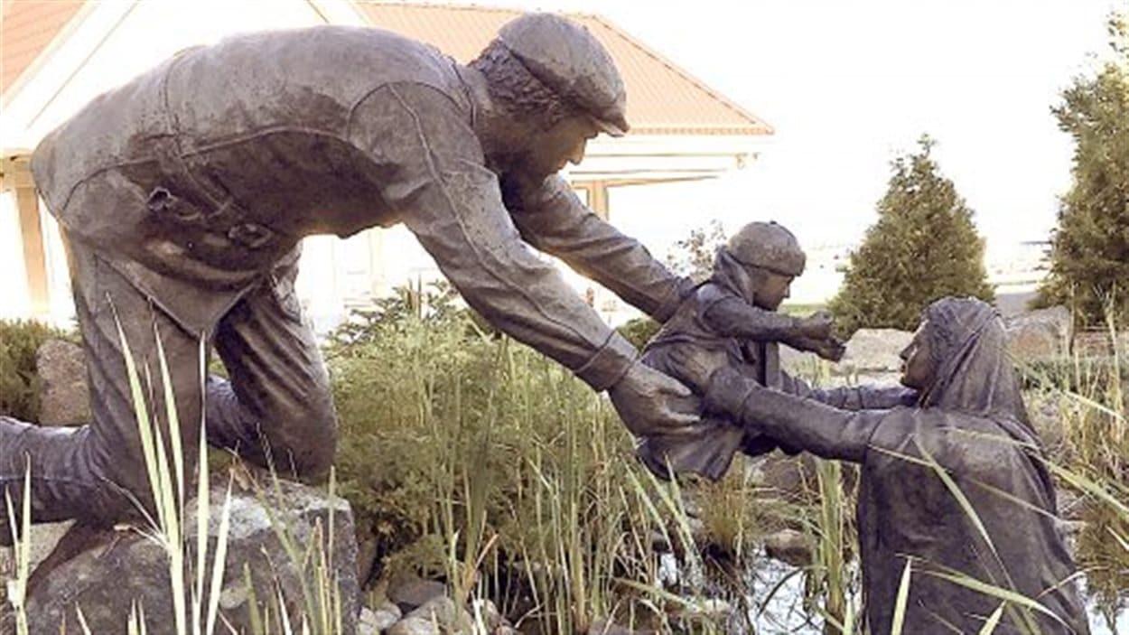 La sculpture de l'artiste Ernie Fauvelle sur le Grand feu de 1922 qui avait détruit Haileybury.