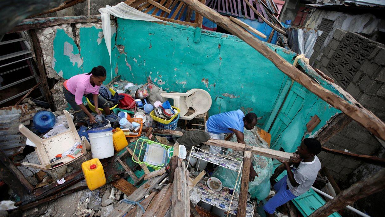 Les Haïtiens constatent les dégâts après le passage de l'ouragan Matthew