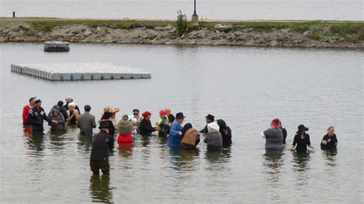Une trentaine de personnes ont commémoré le grand feu de Haileybury en se rendant dans le lac Témiscamingue vêtus en costumes de l'époque.