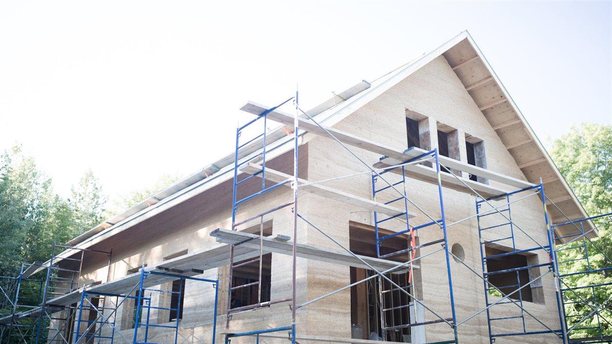 Une maison construite en bloc de béton de chanvre