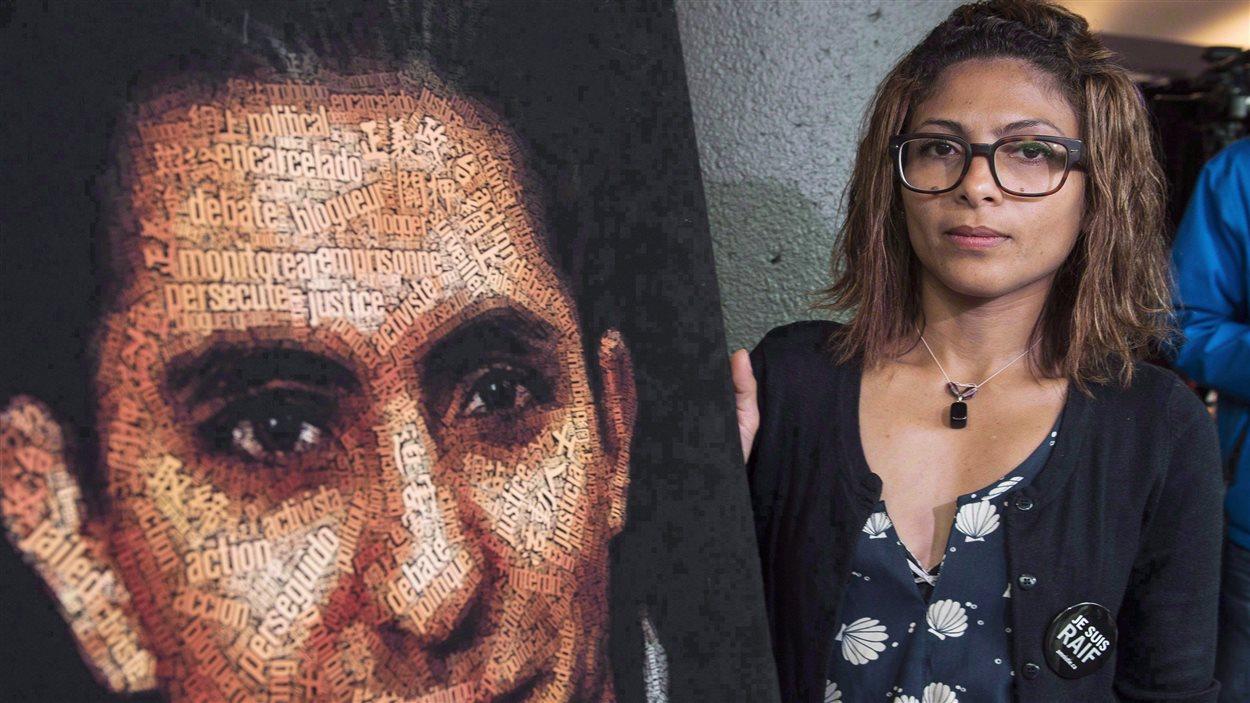Ensaf Haidar et une photo de son mari, le blogueur saoudien Raif Badawi
