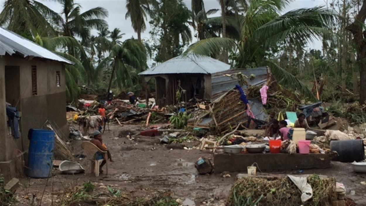 Scène de désolation dans le village de Cavaillon, dans le sud-ouest d'Haïti
