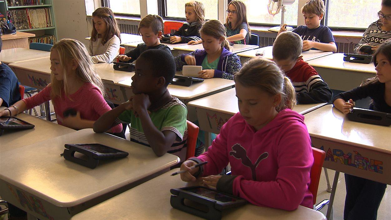Les élèves écoutent leur enseignant, François Lake.