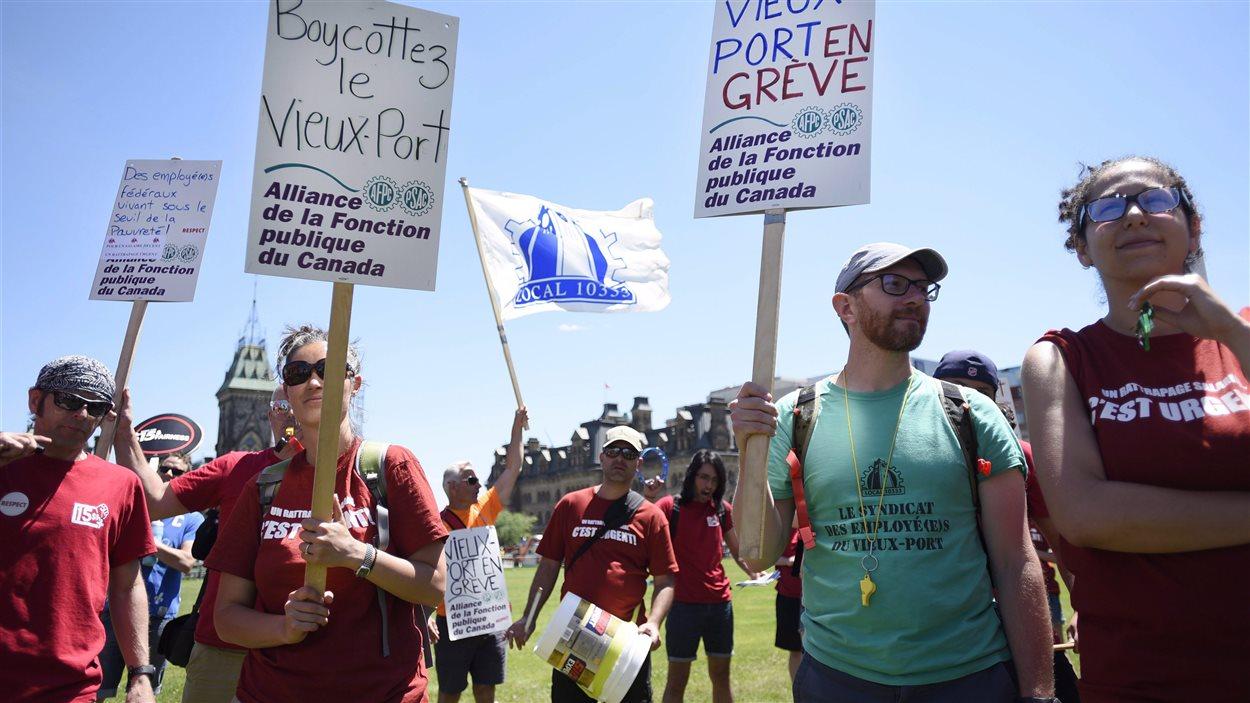 Des syndiqués du Vieux-Port de Montréal qui manifestent devant le parlement à Ottawa pour réclamer de meilleures conditions de travail