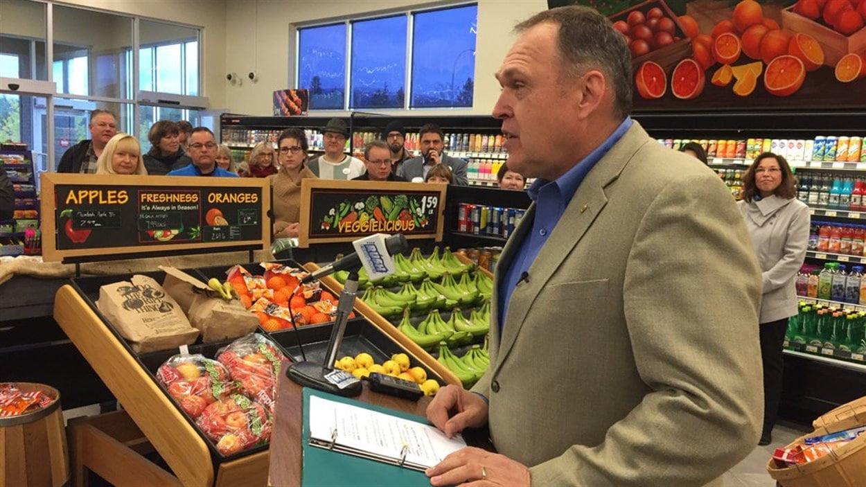 Darrel Pasloski en campagne dans une épicerie de Whitehorse
