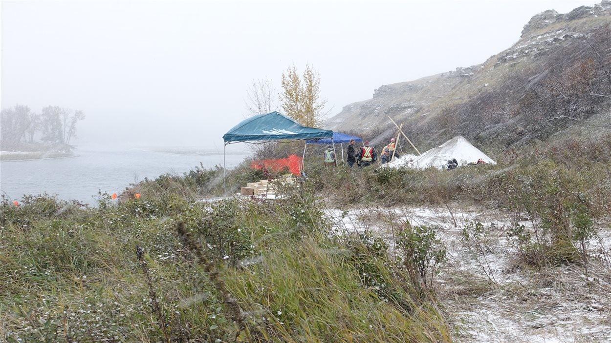 Le site de fouilles se site à quelques mètres de l'escarpement de la rivière Bow.