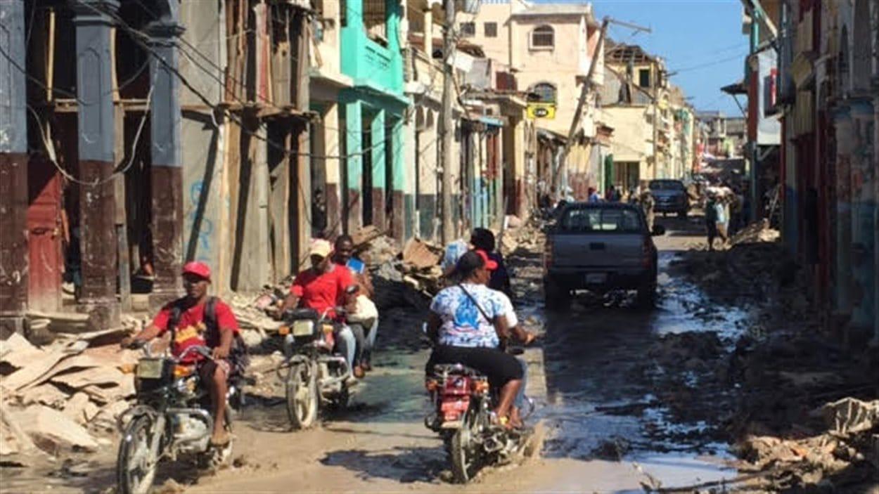 La rue principale de Jérémie est toujours jonchée de débris, cinq jours après l'ouragan.