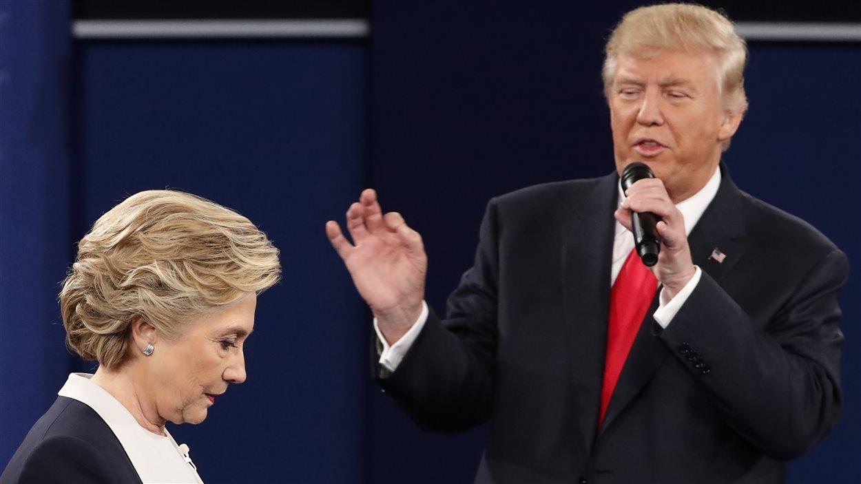 Donald Trump critique Hillary Clinton, lors du second débat de l'élection présidentielle américaine.