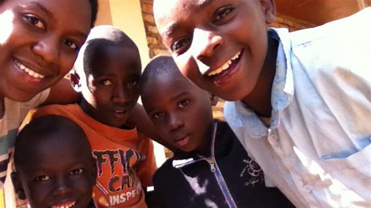 Marie-Ange Niwemugeni avec de jeunes Rwandais