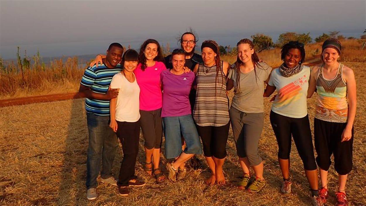 Marie-Ange Niwemugeni en compagnie de l'équipe de stagiaires canadiens en coopération au Rwanda