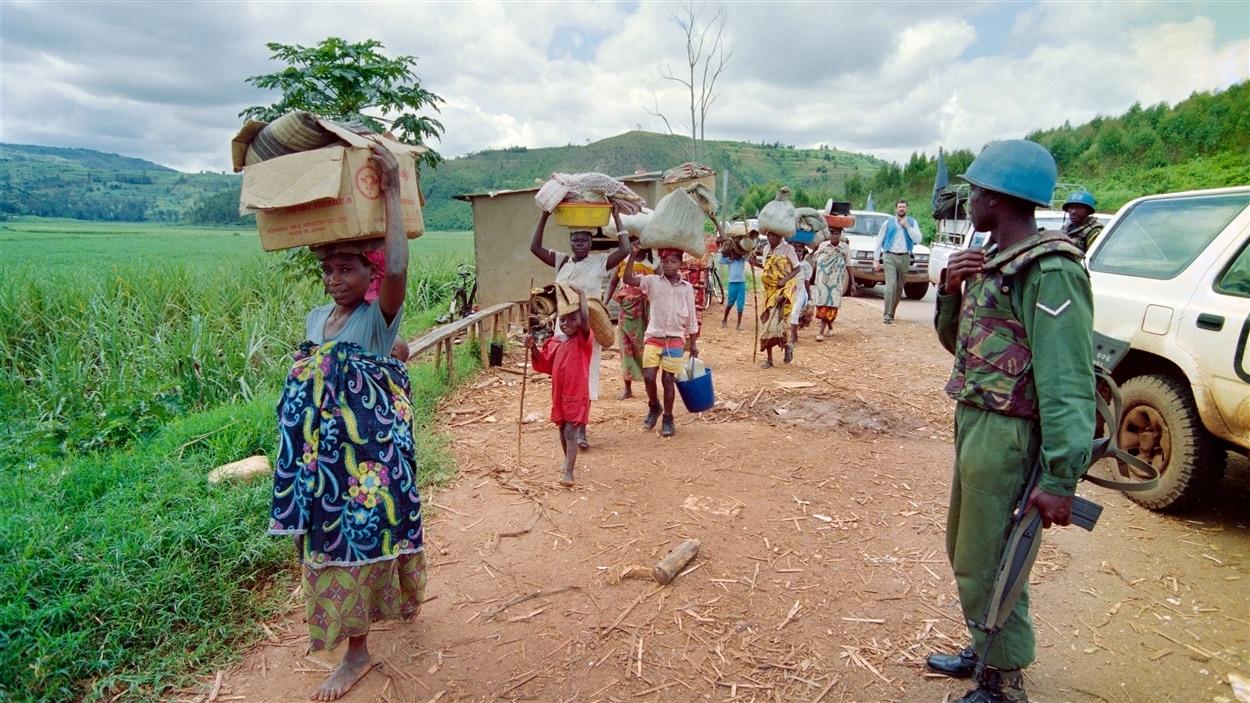 Des réfugiés rwandais fuyant Kigali durant la guerre civile, le 11 mai 1994.