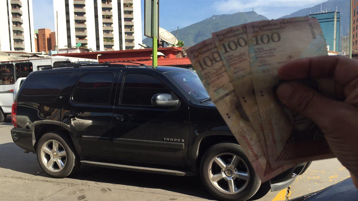 Ce VUS fait un plein avec trois billets de 100 Bs soit moins de 50 cents canadiennes.