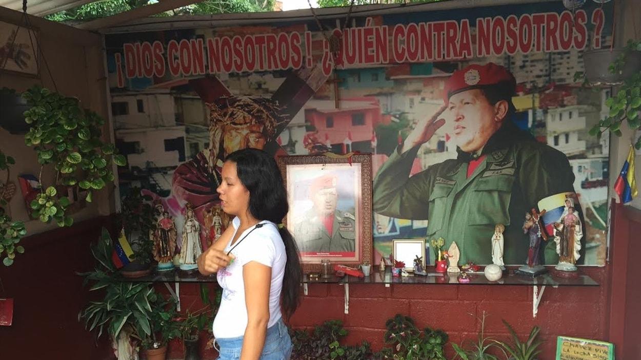 Une femme se signe en se recueillant dans un sanctuaire dédié à l'ancien président du Venezuela, Hugo Chavez.
