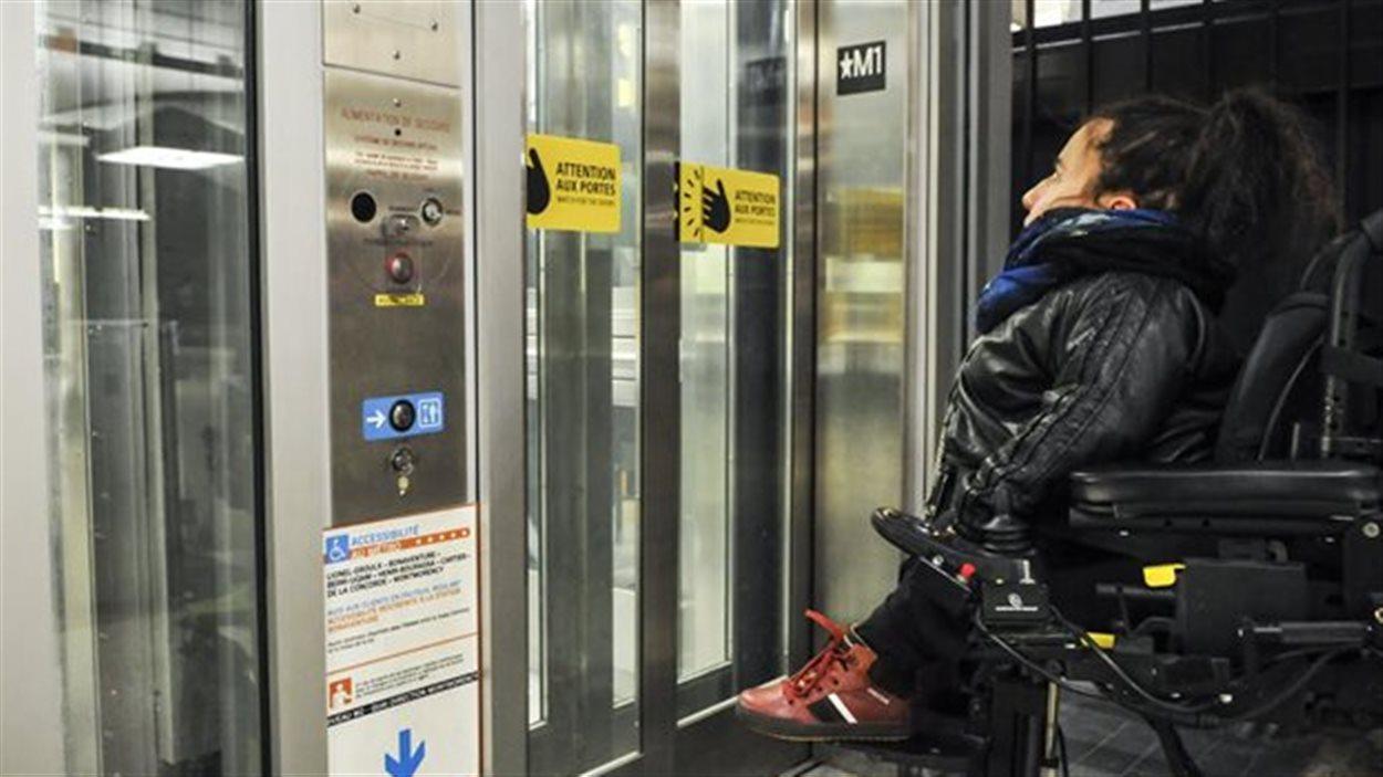 En 2015, Laurence Parent, spécialiste des questions de transport adapté, avait dénoncé que deux ascenseurs construits au métro Bonaventure ne servaient à rien. La STM prévoit maintenant qu'ils pourront être utilisés en 2018.