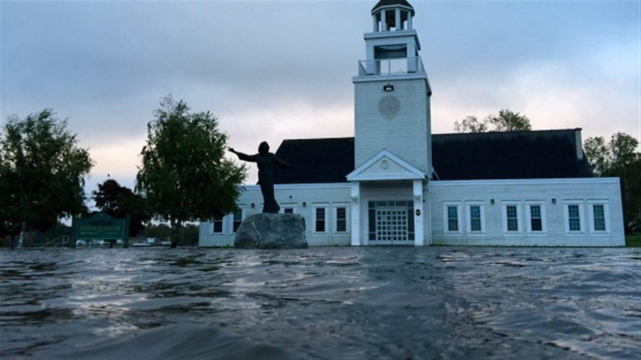 Cette église de Sydney, au Cap-Breton, semble flotter sur l'eau, après des pluies diluviennes.