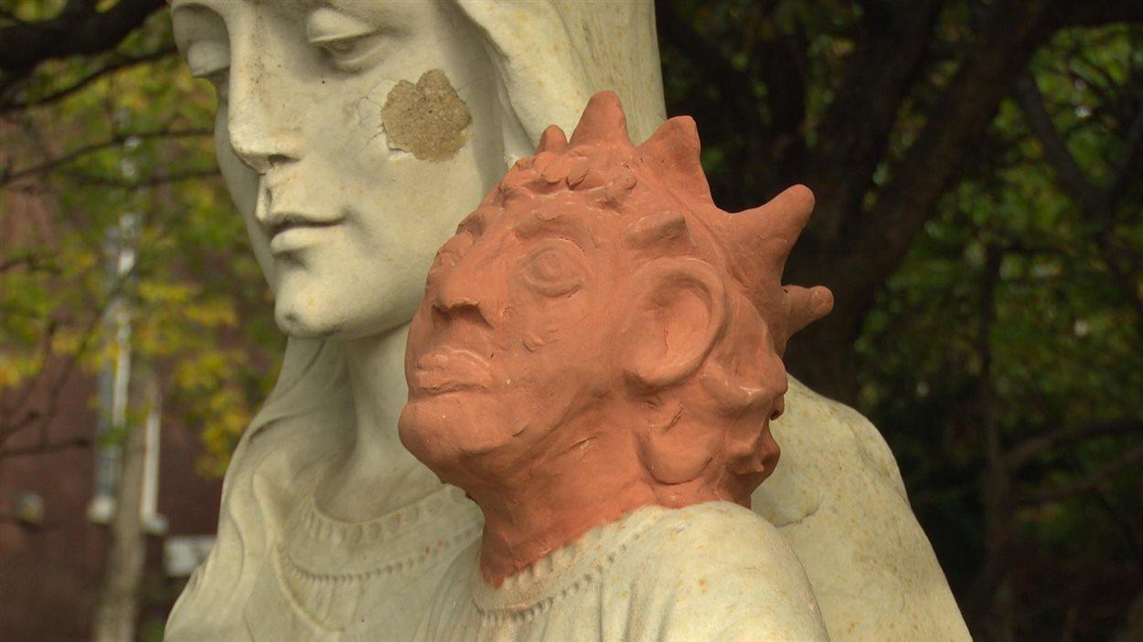 La statue de Marie et de son fils devant l'église Sainte-Anne des Pins à Sudbury, victime d'actes de vandalisme a une nouvelle tête temporaire.