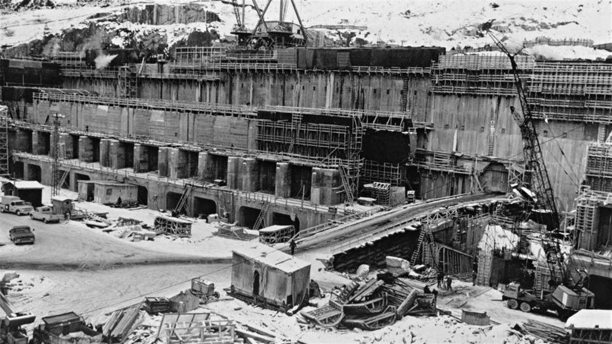 Le complexe Manic-5 pendant sa construction dans les années 1960.