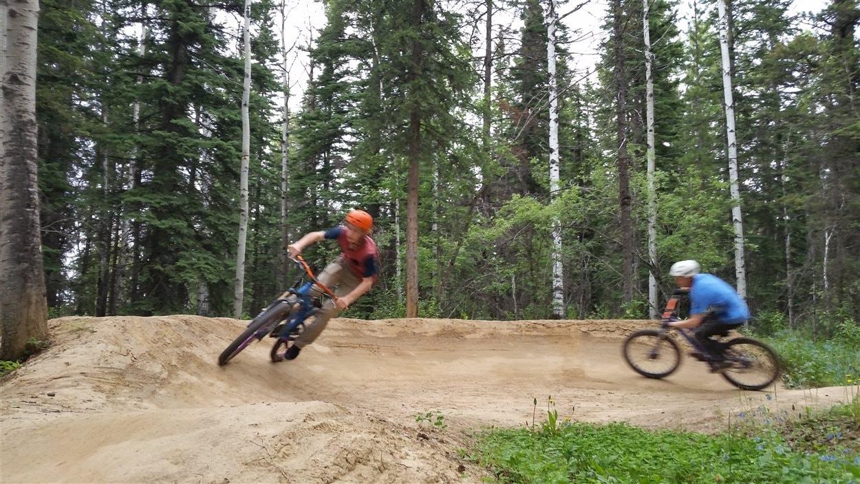 Marek et Gabriel Corbeil aborde un coin de piste en pleine vitesse.