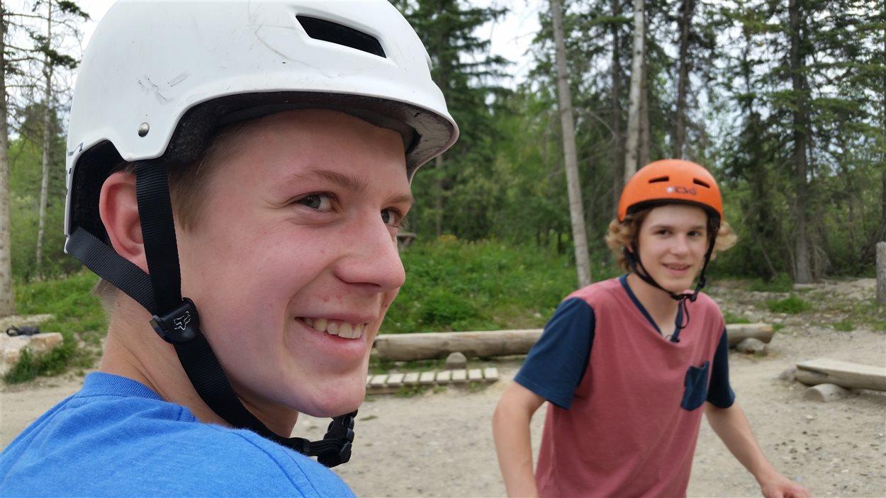 Gabriel et Marek Corbeil avec les sourire aux lèvres au parc de vélos de Hinton.
