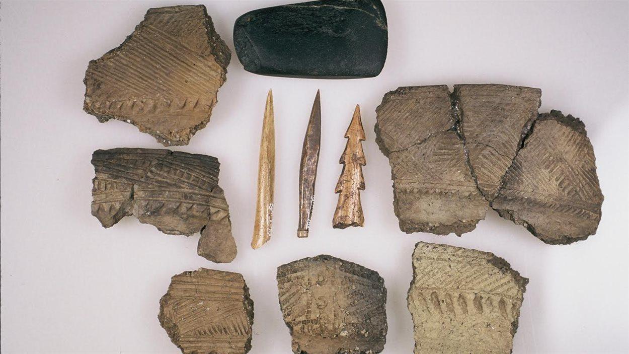 Tessons de vases iroquoiens, pointes de flèches, outils en os, les archéologues ont découvert plus de 150 000 artéfacts sur le site Droulers, dans la région de Saint-Anicet, au sud-ouest de Montréal.