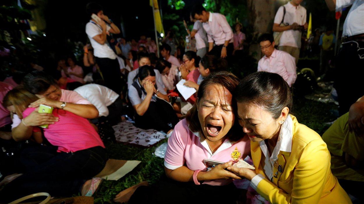 Des Thaïlandais rassemblés devant l'hôpital Siriraj se sont effondrés en pleurs à l'annonce de la mort de leur souverain. La grande majorité de la population n'a jamais connu un autre roi.
