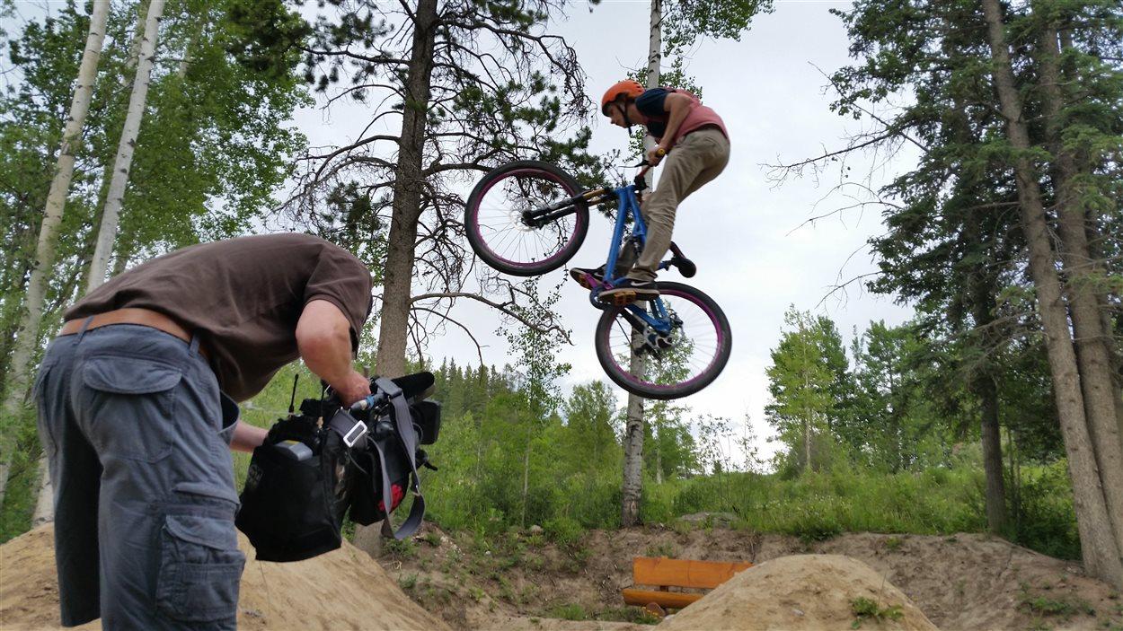 Marek Corbeil s'amuse pour la caméra dans la zone des sauts.