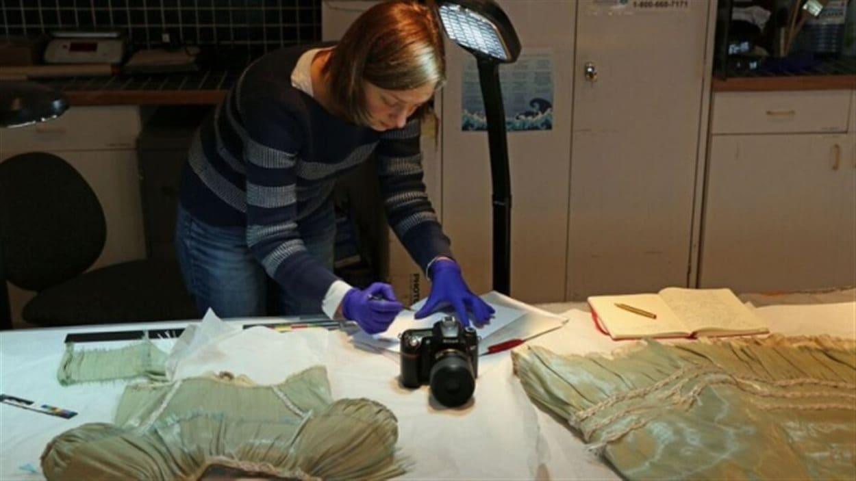 L'étudiante Charlotte Holzer est venue d'Allemagne pour étudier la «robe de verre»