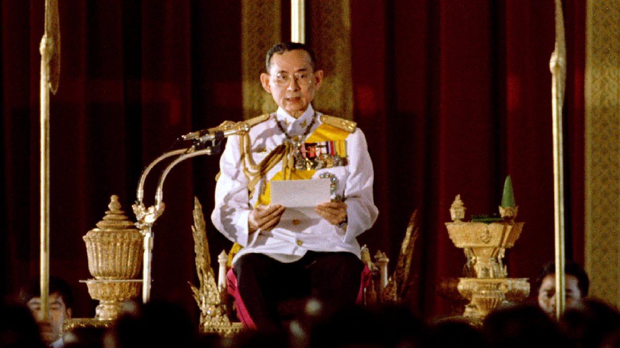 Le roi de Thaïlande, Bhumibol Adulyadej, lisant une déclaration devant le Parlement le 10 juillet 1995, à Bangkok.