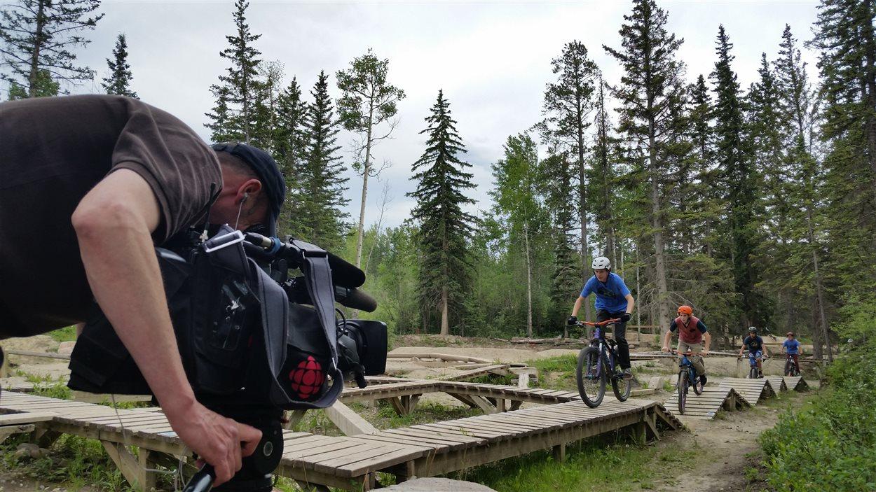 Notre caméraman Richard Marion tourne des images des jeunes vététistes qui s'amusent sur les passages en bois du parc.