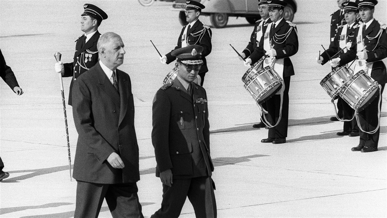 Le roi Bhumibol, en compagnie du général Charles de Gaulle, à l'aéroport d'Orly, en 1960.