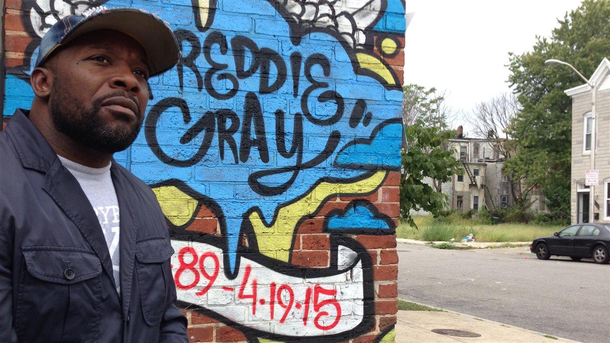 Derrick Chase, devant l'endroit où Freddie Gray a été brutalement arrêté