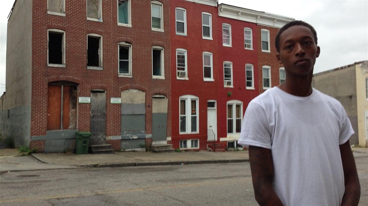 Un jeune du quartier désœuvré  de Gilmore Homes, à Baltimore