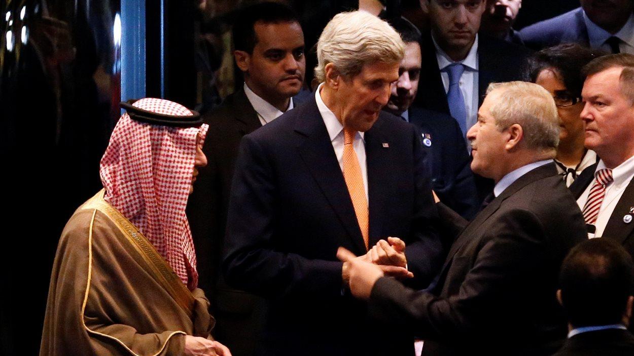 Le secrétaire d'État américain John Kerry discute avec les ministres des Affaires étrangères d'Arabie Saoudite, Adel al Jubeir (à g.), et de Jordanie, Nasser Judeth (à dr.), après des discussions sur la Syrie qui se sont tenues à Lausanne, en Suisse.