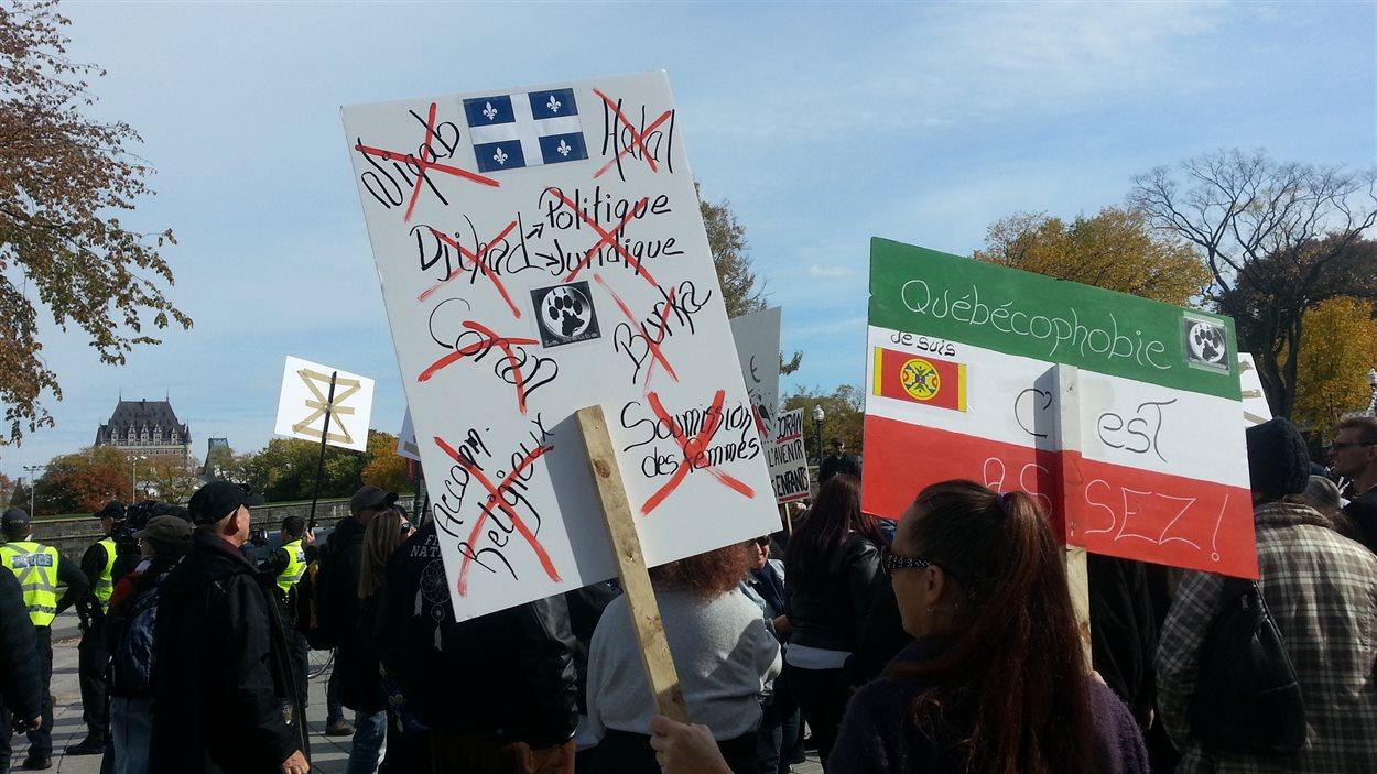 Une centaine de manifestants étaient réunis.
