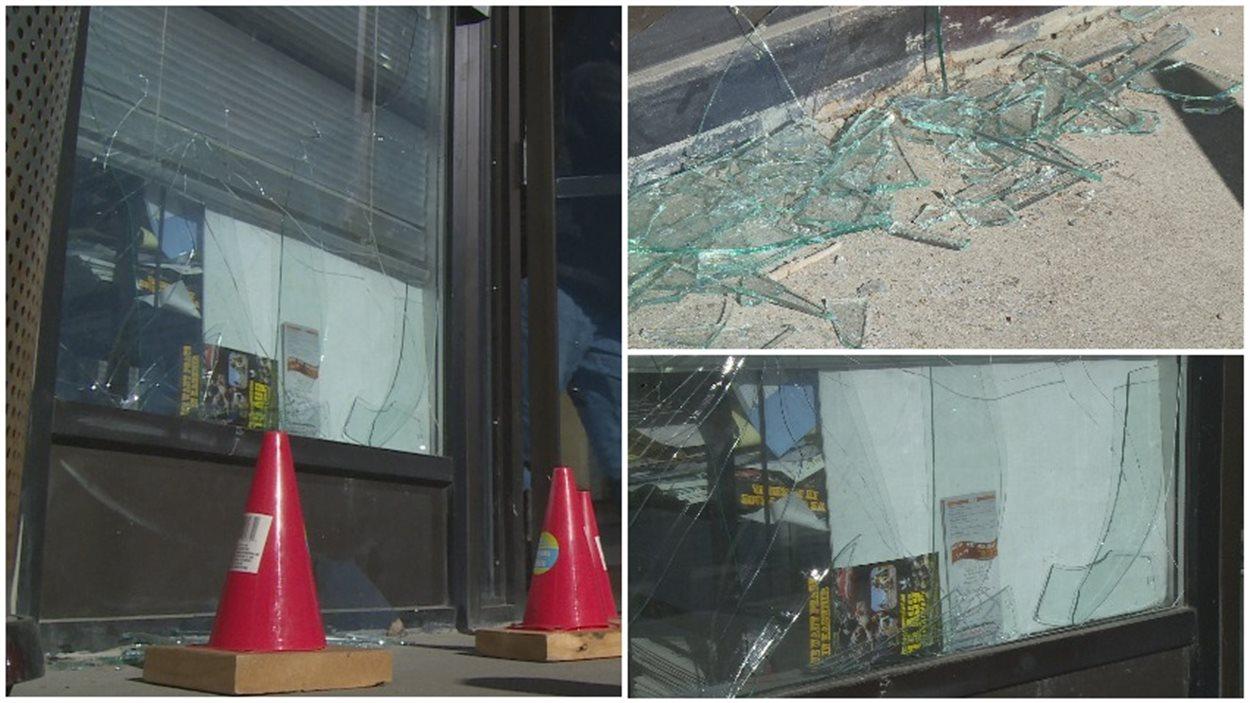 Une vitre a été brisée sur l'avant de l'immeuble.