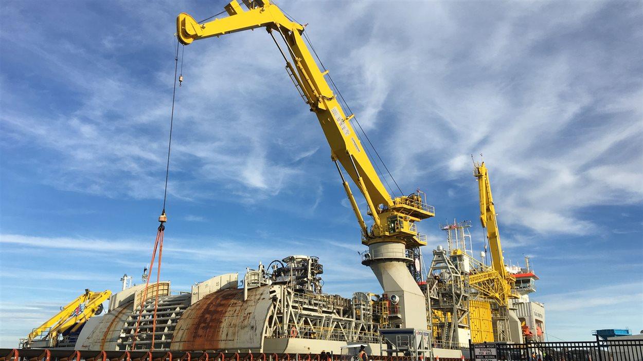 Cet imposant navire va poser les nouveaux câbles de transport d'électricité dans le détroit de Northumberland, entre l'Î.-P.-É. et le N.-B.