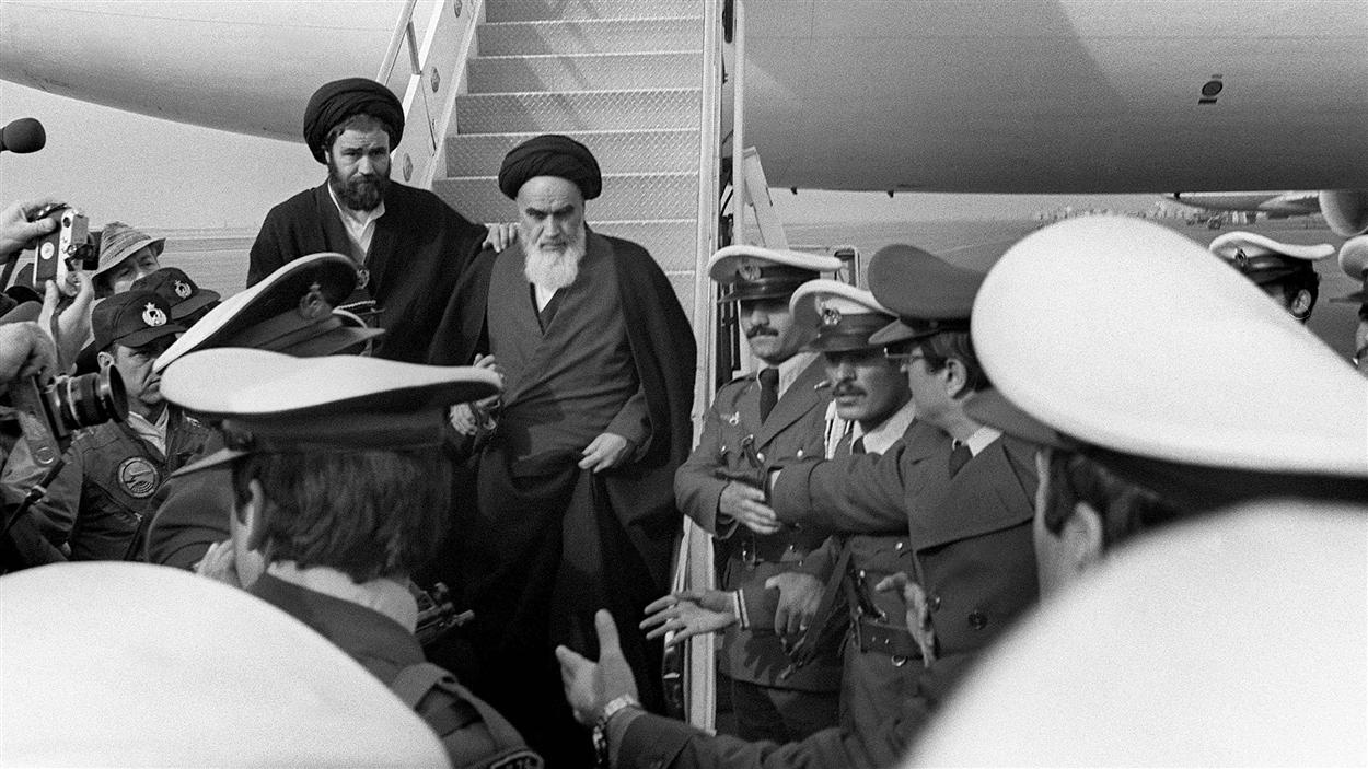 L'ayatollah Rouhollah Khomeini foule le sol iranien, à son retour d'exil, le 1er février 1979, en pleine révolution islamique.
