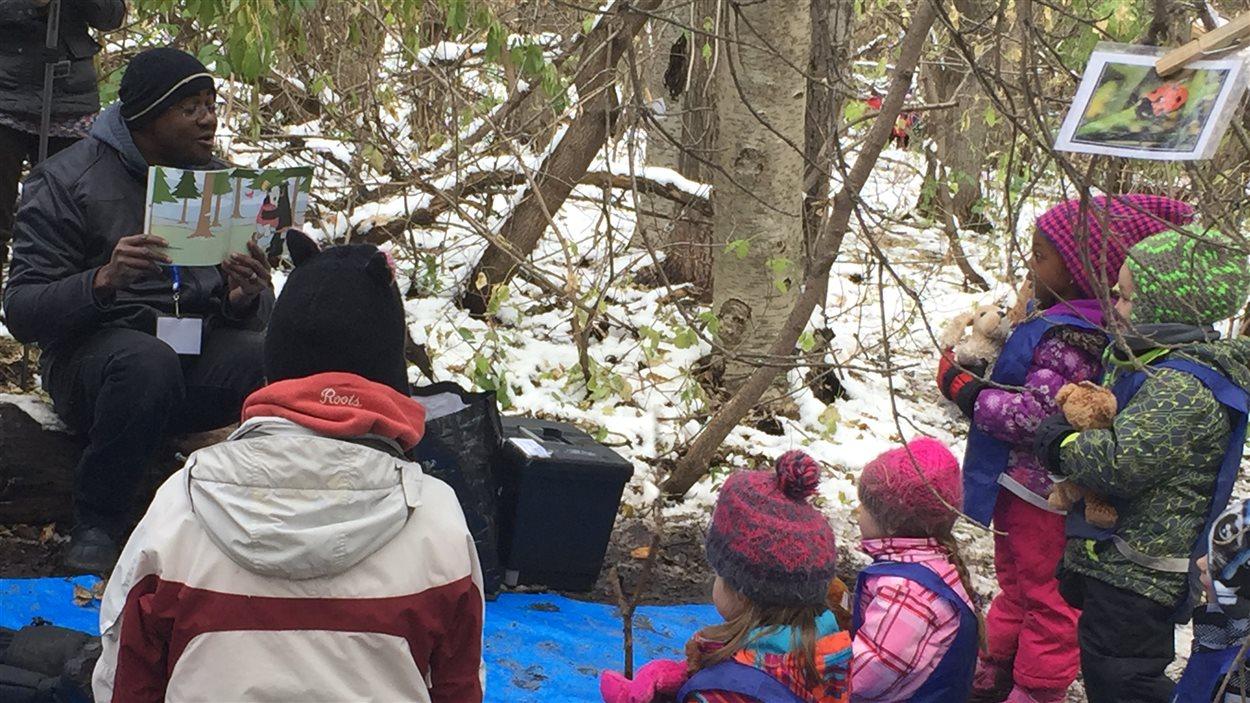 Des élèves de maternelle de l'École Sainte-Jeanne-d'Arc, d'Edmonton participent à une classe en plein air