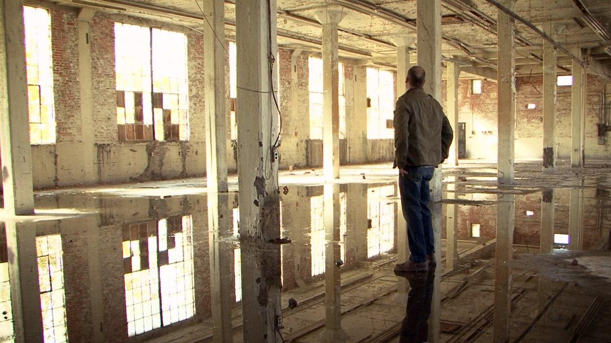 À l'intérieur d'une annexe du bâtiment 7 à Pointe-Saint-Charles - Documentaire «Le chantier des possibles»