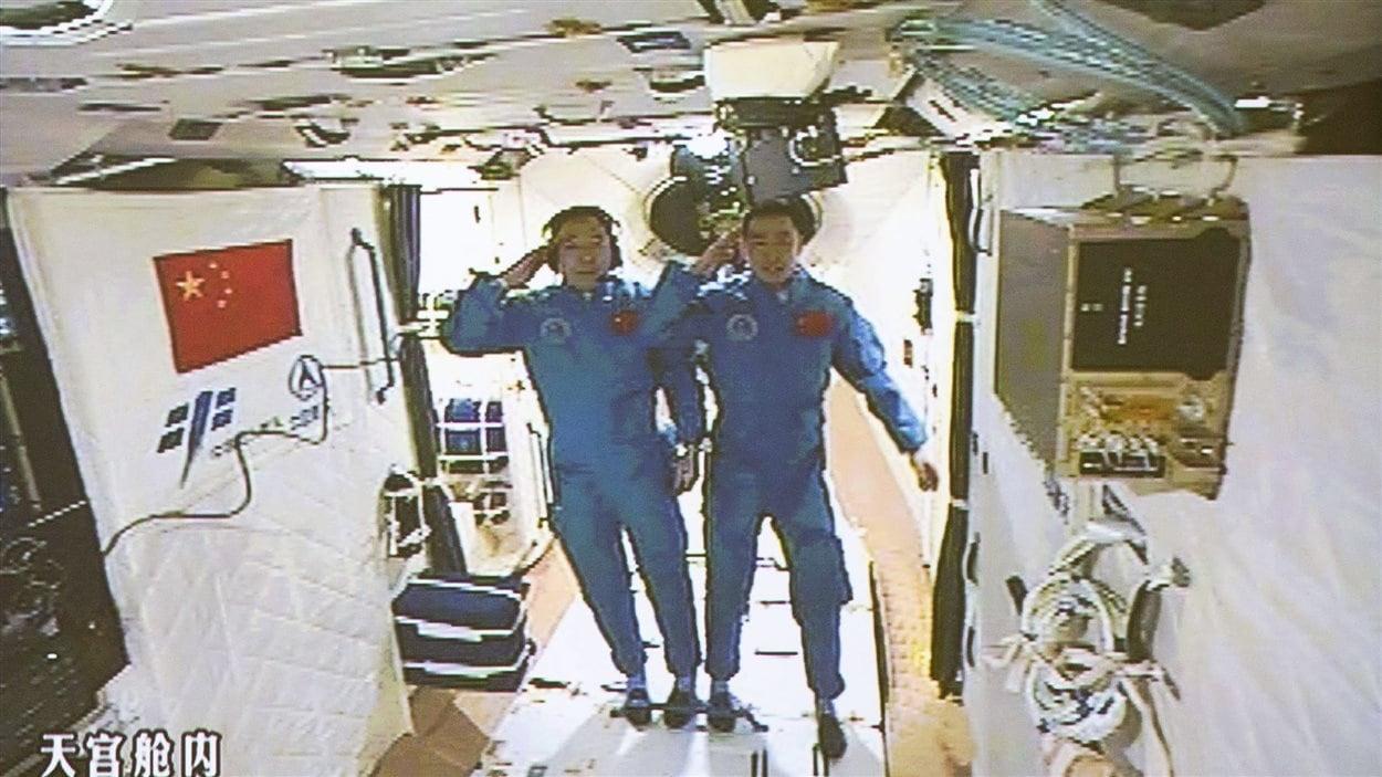 Les astronautes Jing Haipeng et Chen Dong dans le laboratoire spatial