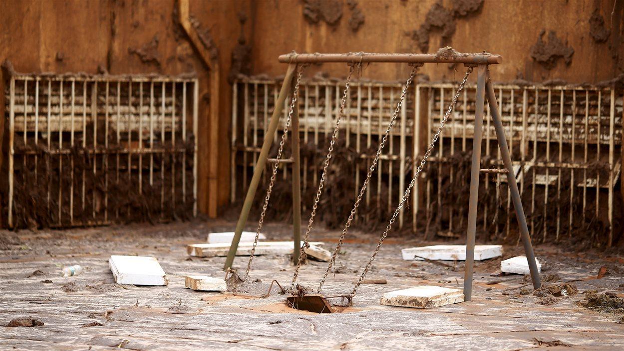 Des balançoires enlisées dans la boue, après la rupture d'un barrage minier au Brésil.