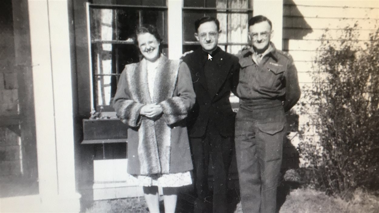 Lucien Eldridge d'Entremont (à droite) en compagnie du père Maurice LeBlanc.