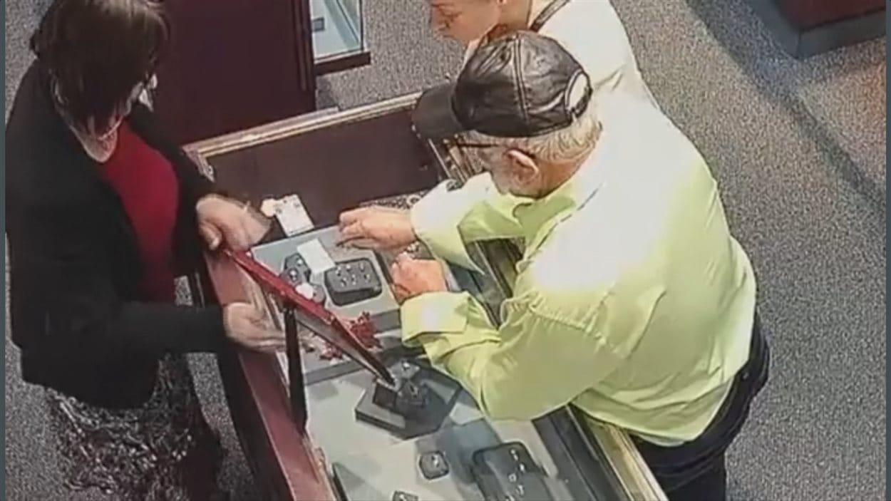 Deux personnes accoudées à un comptoir