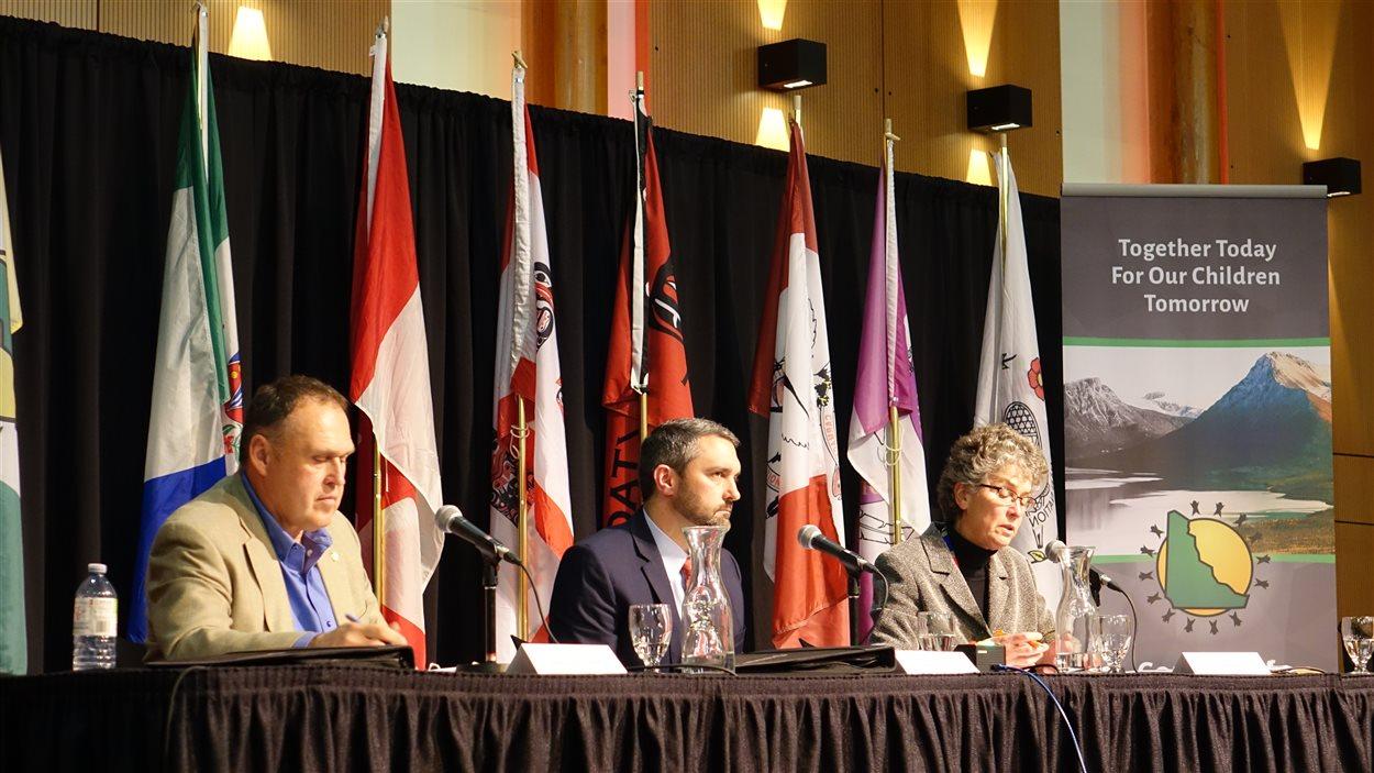 les trois chefs lors du débat du conseil des Premières Nations
